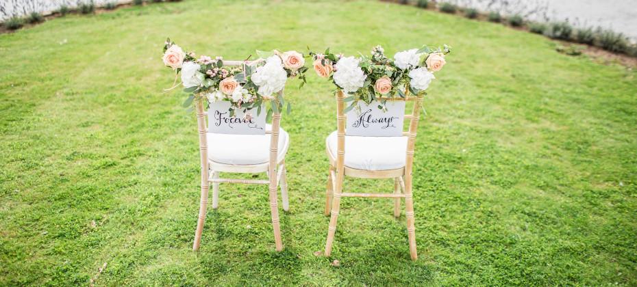 jak ozdobić krzesła weselne